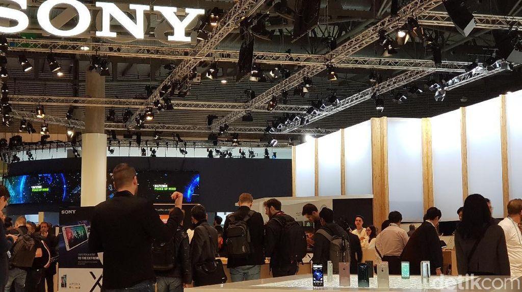 Booth Sony pada gelaran MWC 2018 di Barcelona, Spanyol yang cukup ramai. Mereka umumnya ingin menjajal Xperia XZ2 dan XZ2 Compact.(Foto: detikINET/Achmad Rouzni Noor II)