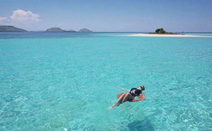 Selain mendaki gunung, Alexa Key juga suka bermain air di laut. (Foto: Instagram/alexa_key)