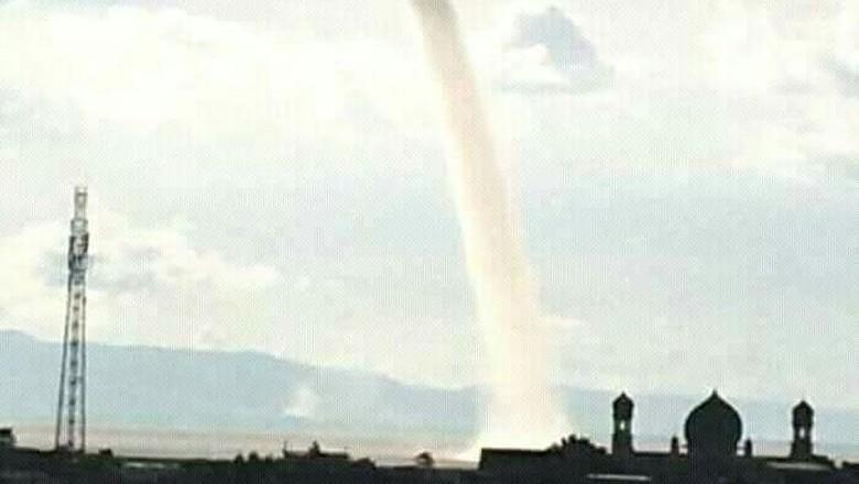 Penampakan Waterspout yang Bikin Heboh di Sulsel hingga Prancis