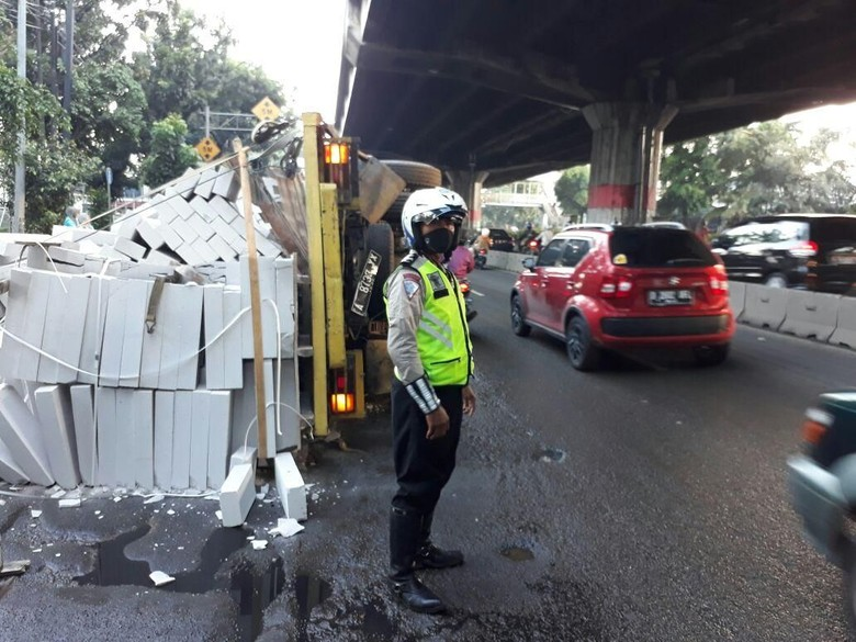 Kendaraan Lebihi Muatan, Merugikan Negara Foto: Truk terguling di DI Panjaitan. (Dok Istimewa).