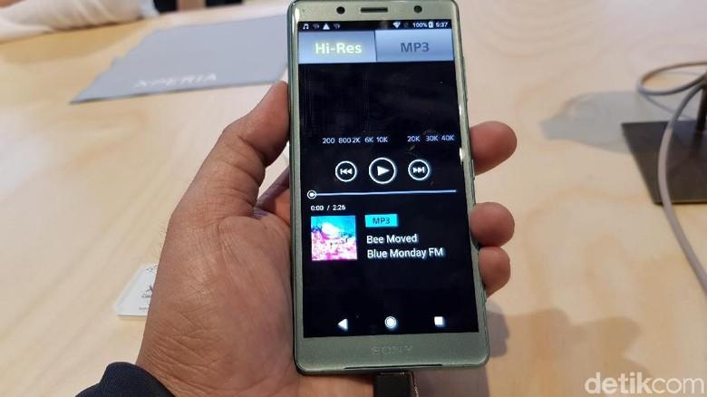 Sony Xperia XZ2 memiliki ukuran layar 5,7 inch beresolusi Full HD+ dan HDR. Karena mengusung desain layar penuh, aspek rasionya kini 18:9. (Foto: detikINET/Achmad Rouzni Noor II)