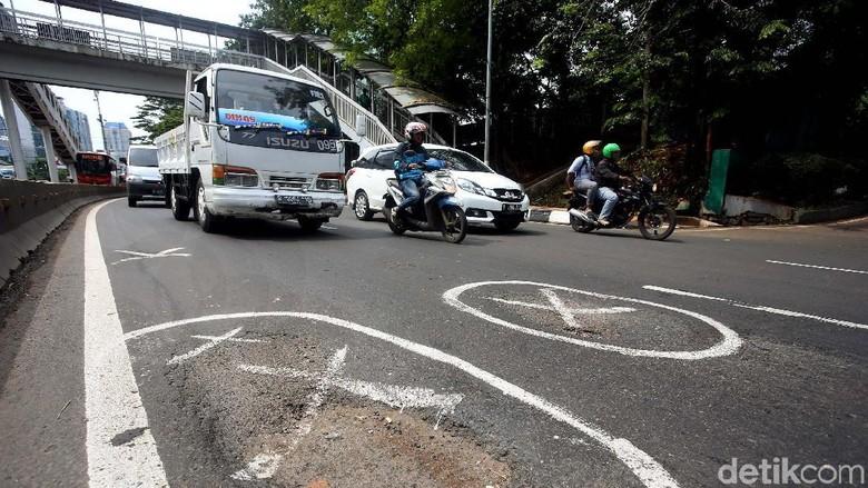 Ilustrasi jalanan berlobang Foto: Rengga Sancaya