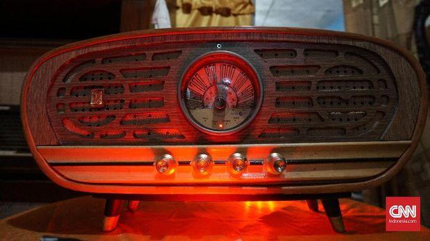 Radio antik Oo Kholid berbentuk jadul tapi powerful.