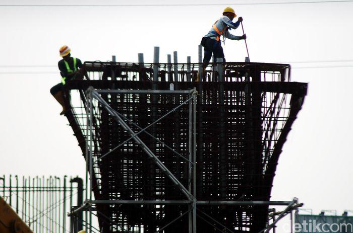 Para pekerja membangun tiang pancang meski masih menunggu dievaluasi oleh Komite Keselamatan Konstruksi (KKK).