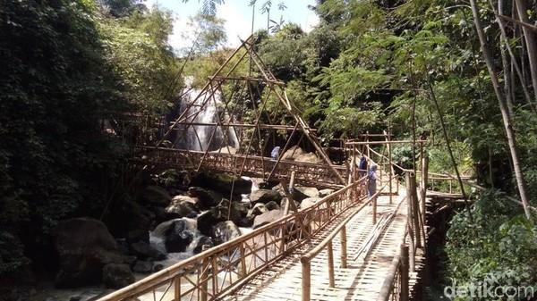 Di lokasi ini telah dibangun jembatan dari bambu. Dari jauh, sudah kelihatan curug setinggi 15 meter ini. (Eko Susanto/detikTravel)