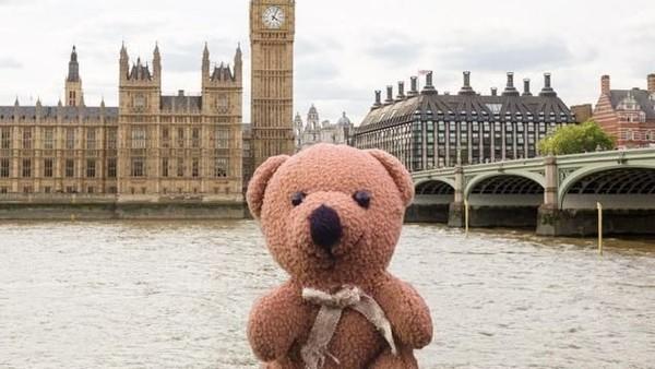 Peep telah berkunjung ke banyak tempat cantik di dunia seperti London di Inggris. (teddybearabroad/Instagram)
