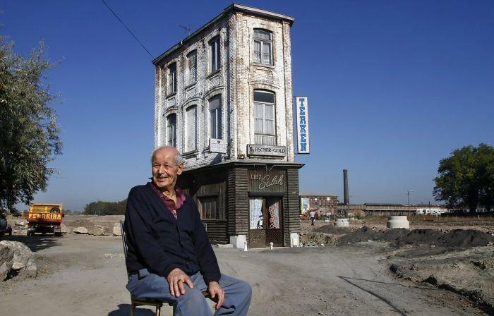 Salah Oudjani menolak menjual kedai kopinya yang dirintisnya sejak 46 tahun lalu. Istimewa/Boredpanda.