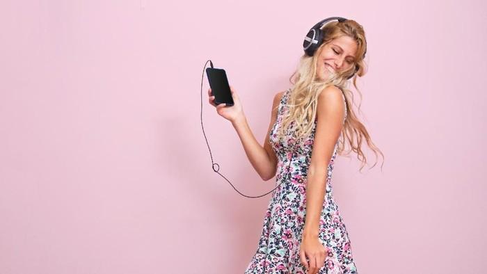 Cara menyimpan charger dan earphone. Thinkstock.