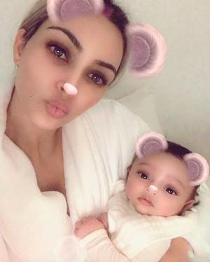 Curhat di Balik Foto Pertama Keluarga Kim Kardashian