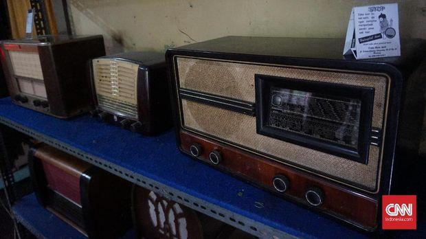 Koleksi radio antik Oo Kholid.