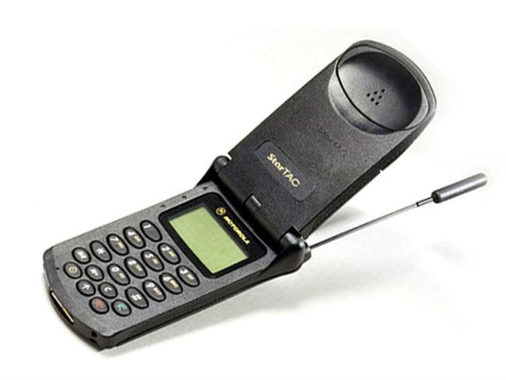 Ini adalah Motorola Startac yang dirilis pada 1996. Ponsel ini bisa dibilang sebagai nenek moyangnya ponsel lipat. Selain itu Startac juga salah satu ponsel pionir yang memiliki fitur getaran. Foto: istimewa