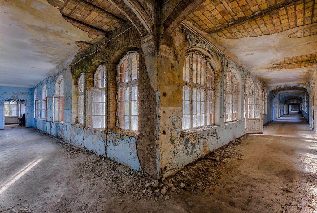Adalah Christian Richter yang sengaja berkeliling Eropa. Tujuannya hanya satu, mengunjungi bangunan yang telah diabaikan atau ditinggalkan penghuninya. Foto: Instagram @richterchristian