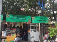 PKL Berspanduk OK OCE Buka Lapak di Trotoar Jaksel
