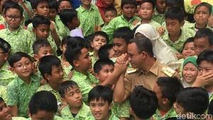 Foto: Saat Anies Cium Tangan Siswa SD di Jakbar