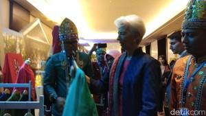 Bos IMF Tolak Pemberian Tenun Khas Gorontalo