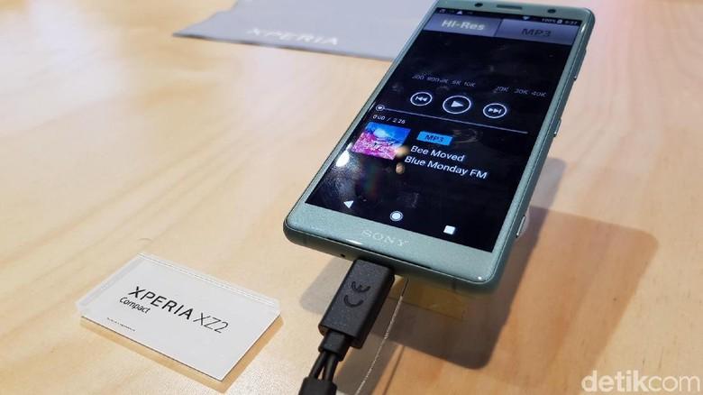 Kalau melihat spesifikasinya, yang bikin kedua ponsel ini jadi lebih bengkak ternyata karena ada perubahan ukuran layar dan kapasitas baterainya dibanding versi Xperia sebelumnya. (Foto: detikINET/Achmad Rouzni Noor II)