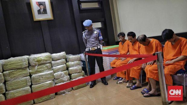Empat orang WNA awak kapal pembawa sabu beserta sabu 1,6 ton yang diungkap di perairan Kepulauan Riau beberapa lalu.