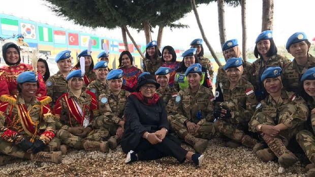 Menlu RI Retno Marsudi bersama pasukan perdamaian Indonesia di Lebanon