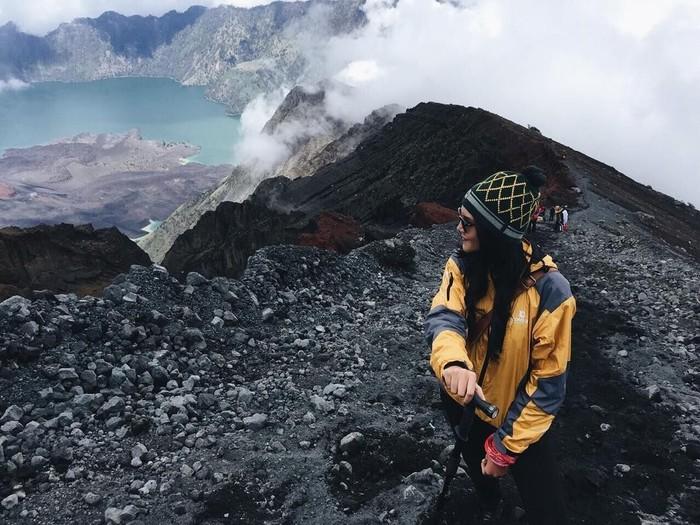 Foto yang satu ini di ambil ketika Alexa menaiki gunung Rinjani di Desember 2014. (Foto: Instagram/alexa_key)