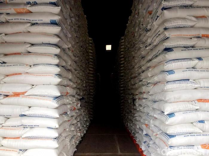 Beras impor dari Vietnam dan Thailand masuk ke gudang Bulog di Kelapa Gading. Total beras yang masuk sebanyak 281.000 ton.
