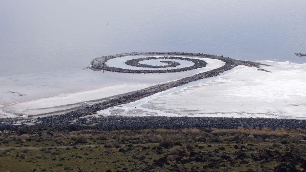 Seni Batu Bersusun di Tengah Danau Pernah Hebohkan Publik AS