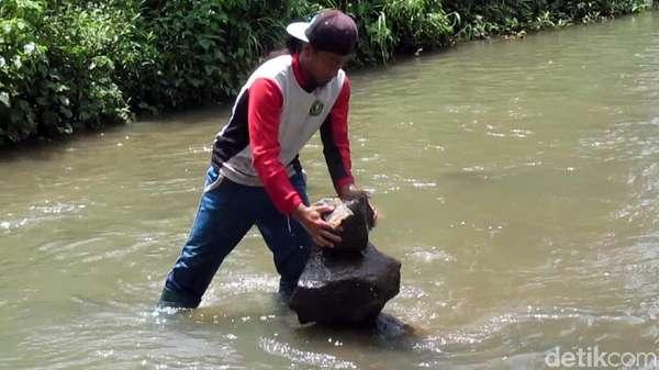 Melihat Aksi Penyusun 99 Batu Bersusun di Sungai Cidahu