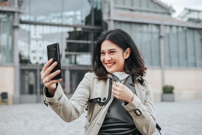 Dian Sastro menggunakan Galaxy S9+ (Foto: Samsung)