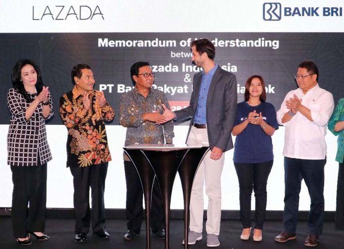 Hal itu dibuktikan dengan penandatanganan kerjasama dengan Lazada di Jakarta, Selasa (28/2). Hadir dalam acara tersebut Menteri Komunikasi dan Informatika RI Rudiantara dan Direktur Utama Bank BRI Suprajarto menyaksikan penandatangan Nota Kesepahaman (MoU) antara Direktur Hubungan Kelembagaan Bank BRI Sis Apik Wijayanto dengan Co-CEO Lazada Indonesia Florian Holm. Foto: dok. BRI