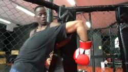 Kebutaan tak menghalangi Ronald Dlamini untuk tetap berkecimpung di dunia MMA. Tak lagi bertarung, ia kini menjadi pelatih bela diri khusus tunanetra.