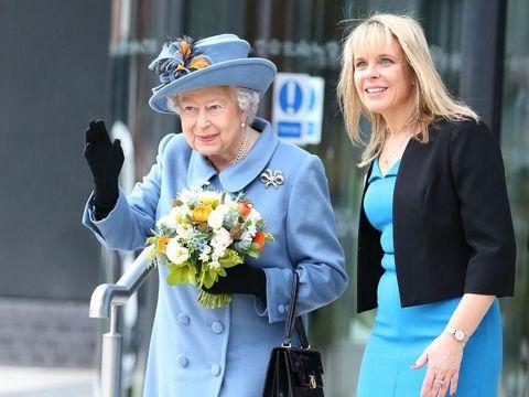 Ratu Elizabeth II tak pernah lepas sarung tangan