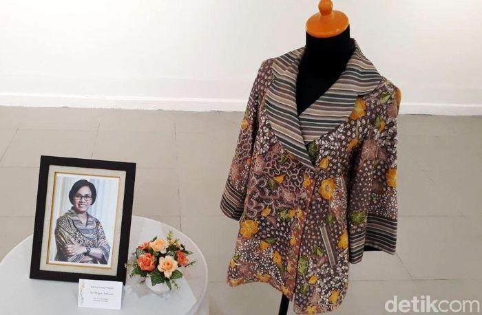 Baju batik milik Sri Mulyani itu laku dilelang dengan cara e-Auction atau lelang melalui internet.