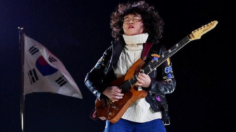 Ini Tae Hwan, Bocah yang Jago Banget Main Gitar/ Foto: Twitter/ @Caitlin_Riblett