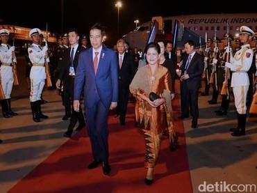 Kebaya Iriana bernuansa coklat keemasan tetap mathcing ya Bun, dengan setelan jas biru Jokowi. (Foto: detikcom)