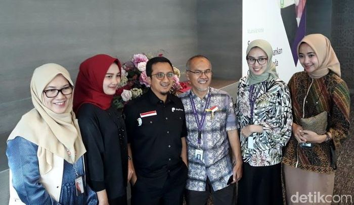 Ustaz Yusuf Mansur melayani permintaan foto bersama.