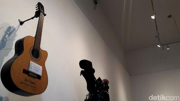 Sempat terjadi beberapa kali penawaran terhadap gitar milik Budi Karya tersebut, hingga akhirnya pemandu lelang tersebut melepas gitar Elek Yo Band kepada salah seorang pria bernama James. Maulan Gibrani/detikcom.