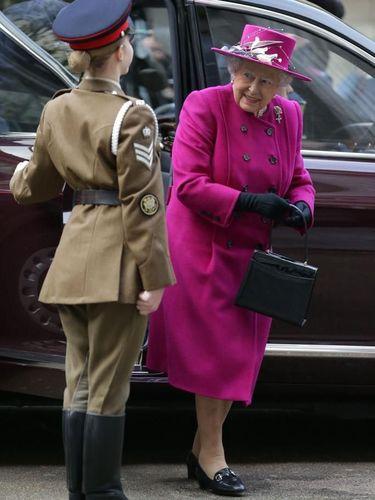 Gaya Ratu Elizabeth II yang Tidak Pernah Ganti Tas Selama 60 Tahun