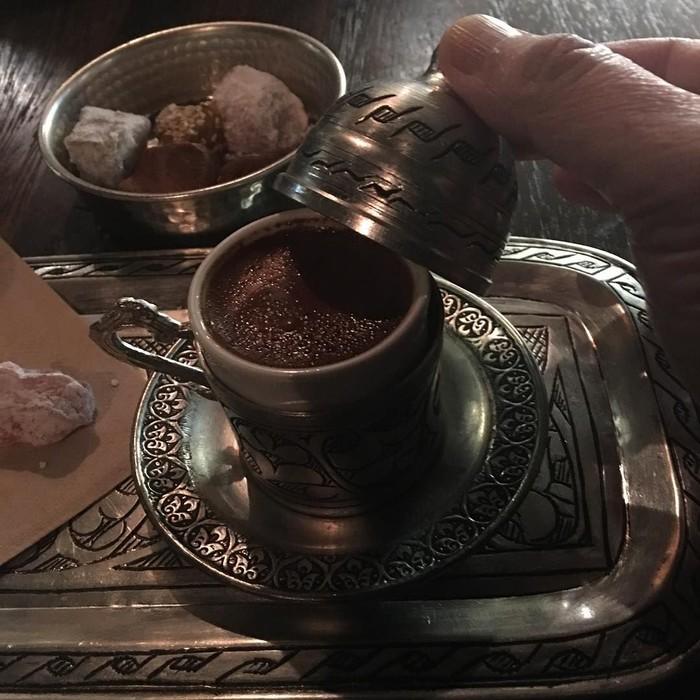 Disajikan dengan cangkir yang unik khas Timur Tengah. Kepala Badan Ekonomi Kreatif, Triawan Munaf mencicip Turkish Coffee dengan campuran kayu manis. Foto: Instagram @triawanmunaf