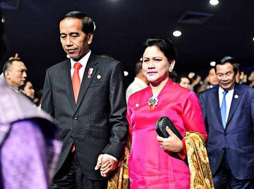Iriana selalu setia mendampingiPresiden Jokowi di segala aktivitasnya. Mereka tak segan saling berpegangan tangan, romantis ya. (Foto: istimewa)