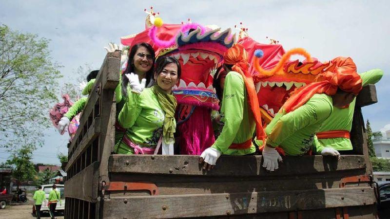 Para wanita tangguh ini merupakan pembawa naga pink yang merupakan 1 dari 9 replika naga milik Santo Yosep Singkawang Group. Sebelumnya, mereka juga memecahkan rekor MURI untuk jumlah naga terbanyak (Randy/detikTravel)