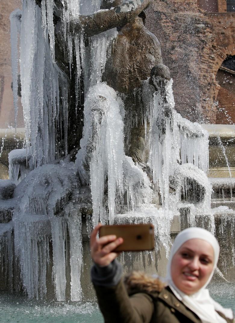 Foto: Cantiknya Air Mancur di Roma Saat Membeku