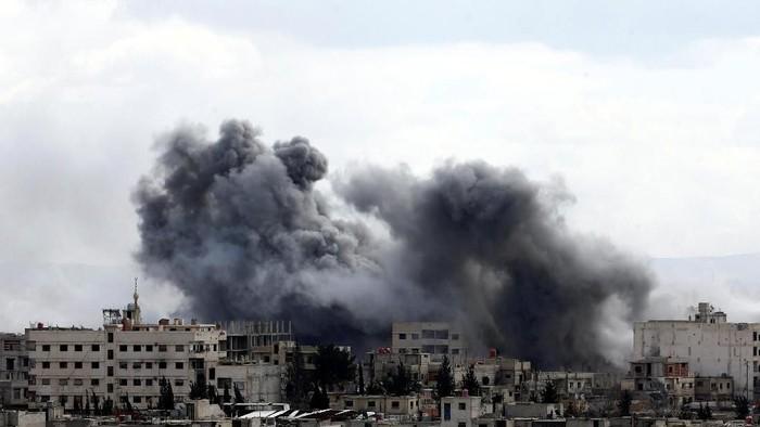 Douma dibom rezim Suriah, 27 Februari lalu. Sejumlah warga sesak napas (Foto: REUTERS/Bassam Khabieh)