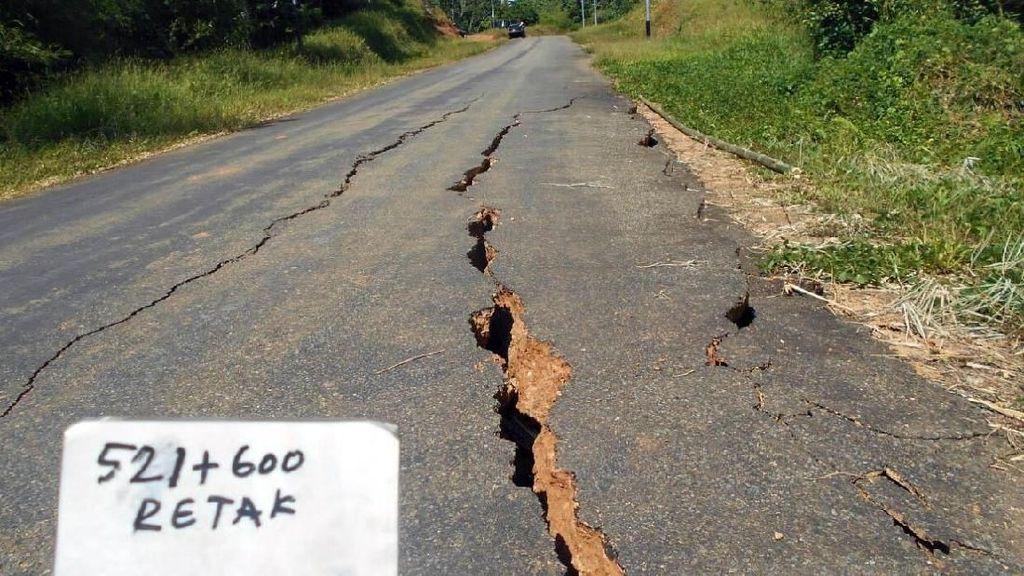 Jalan Trans Papua yang Retak karena Gempa Panjangnya 1,2 Km