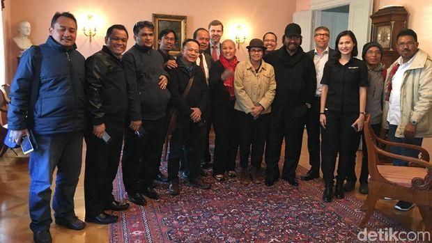Surya Paloh dan sejumlah wartawan, April 2017, mengunjungi mansion tempat perundingan RI-GAM di Helsinki, Finlandia