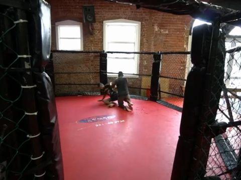 Dlamini saat melatih MMA