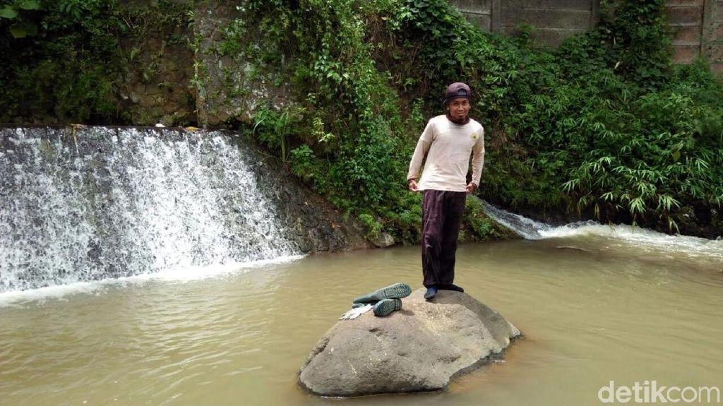 Rahmat Bikin Rock Balancing Disela Memungut Sampah di Sungai