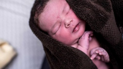 Momen Lahirnya Bayi 5,5 Kg Lewat Persalinan Normal di Rumah