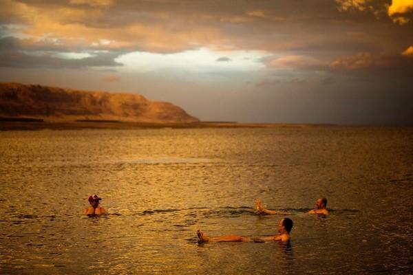 Nama Laut Mati sendiri berasal dari bahasa Ibrani Yam ha Maved yang berarti Laut Pembunuh. Salah satu alasan disematkan nama Laut Mati karena nyaris tak ada kehidupan di dalam atau di pinggirnya. (Ronen Zvulun/Reuters)
