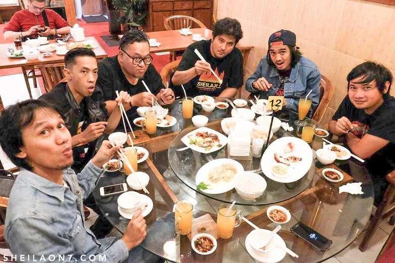 ewat instagram @sheilaon7, beberapa kali anak band ini menunjukkan kebersamaan saat di meja makan. Foto yang ini diambil saat semua anggota band makan di Bali. Foto: instagram @sheilaon7