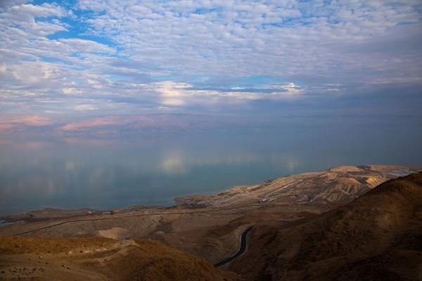 Beberapa literatur menyebut sumber air di Laut Mati berasal dari lembah Danau Galilea yang dialirkan melalui Sungai Yordania. (Ronen Zvulun/Reuters)