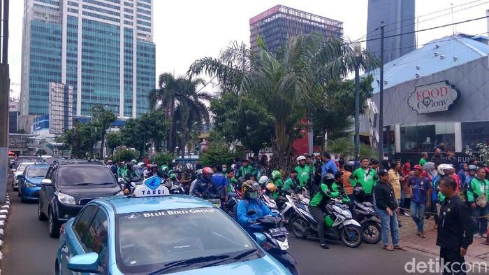 Warga berkumpul di lokasi berharap ada hujan duit Foto: Zhacky-detikcom